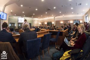 de raadsvergadering over het gekraakte pand